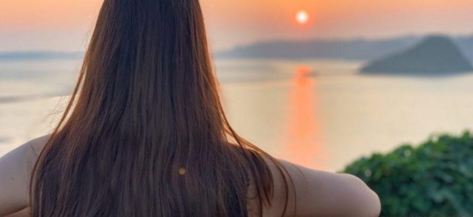 夕陽を見る女性