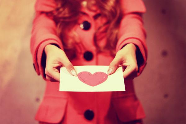 ハートの手紙を渡す少女