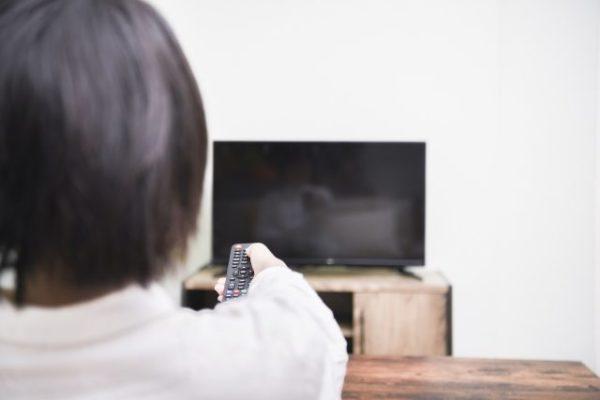部屋でTVを見る女性