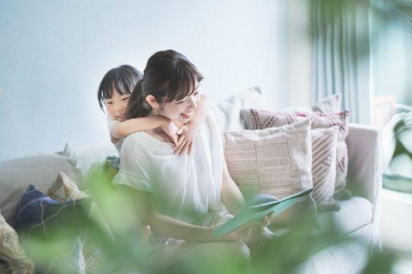 絵本を読み聞かせする母と子