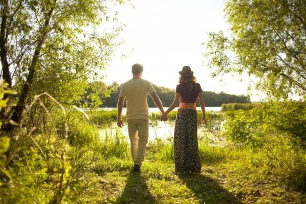 湖の畔で手をつなぐ男女