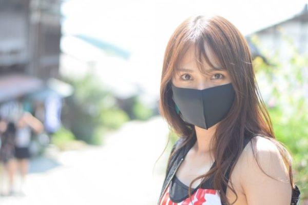 黒いマスクの女性がこちらを見ている