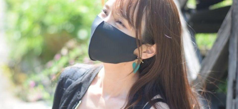 黒いマスクをつける女性